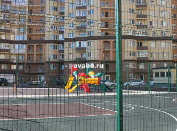 Детская и спортивная площадки между 1 и 2 корпусами